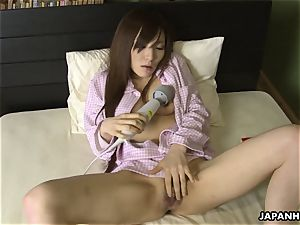 chinese wifey toy boinking her cooch before sleep